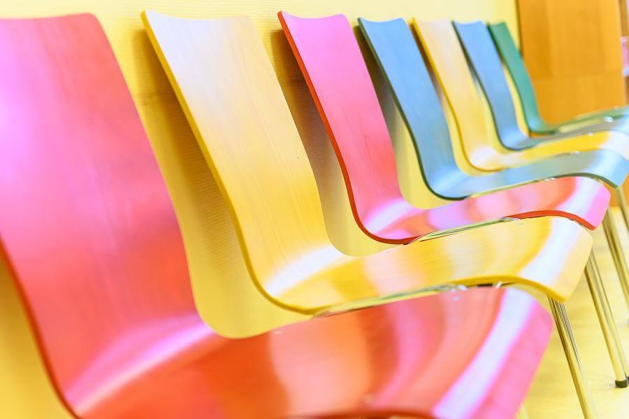 Auch unsere Stühle können bunt...