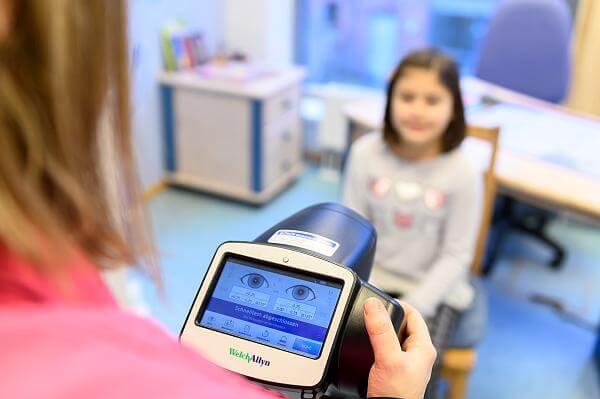 Kinderarztpraxis Karstens Behandlung Sehtest